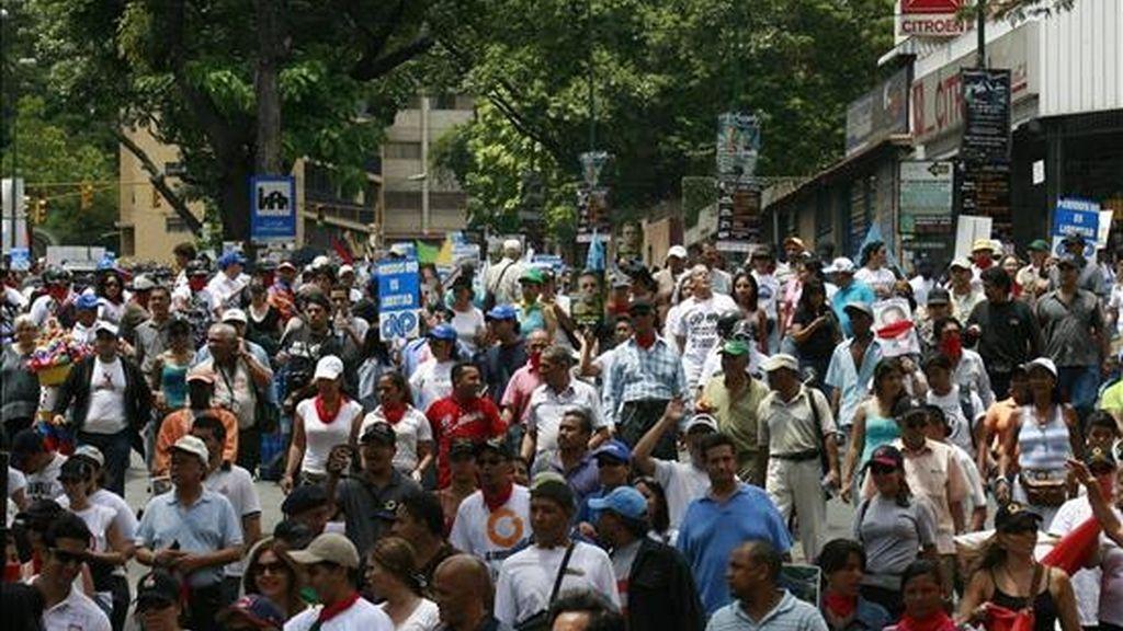 Cientos de manifestantes opositores y representantes de gremios profesionales y partidos opositores, liderados por la directiva del Colegio Nacional de Periodistas (CNP) y del Sindicato Nacional de Trabajadores de la Prensa (SNTP), marcharon para celebrar el Día Nacional del Periodista. EFE