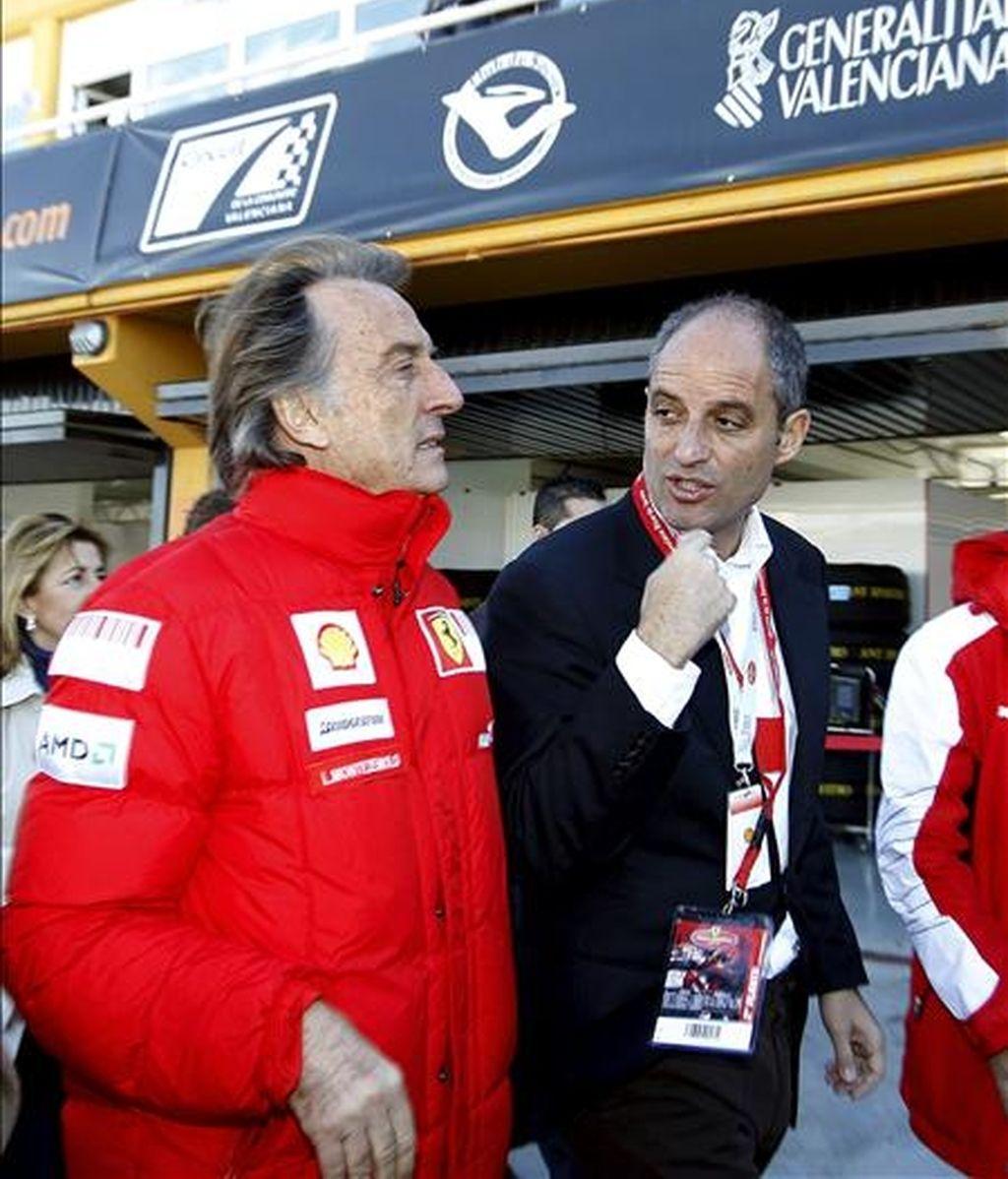 El presidente de la escudería Ferrari, Luca Cordero de Montezemolo (i) y el presidente de la Generalitat, Francisco Camps (d), pasean por boxes durante la exhibición que la escudería italiana ha realizado en el circuito valenciano de Cheste tras las Finales Mundiales 2010. EFE