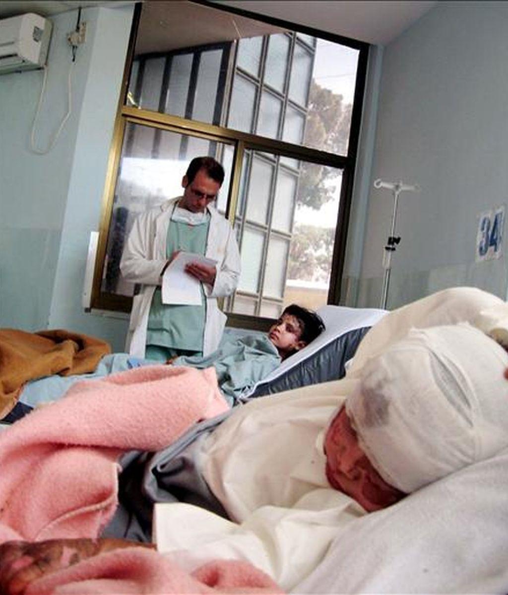 Varios niños afganos que resultaron heridos después de un bombardeo estadounidense mientras reciben tratamiento médico en un hospital de Farah (Afganistán), el pasado 10 de mayo. EFE/Archivo