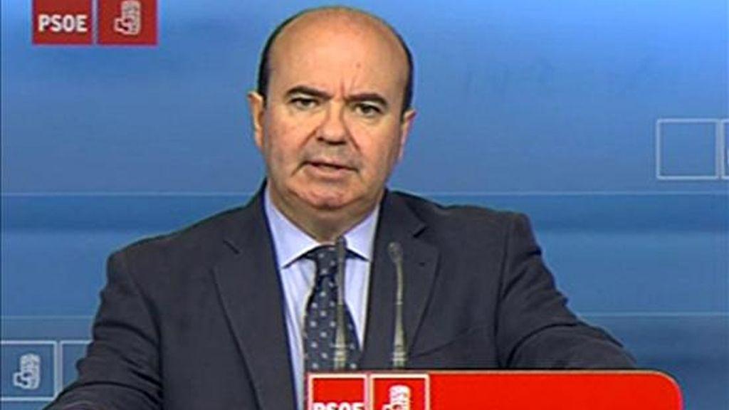 """El responsable de Relaciones Institucionales del PSOE, Gaspar Zarrías, durante las declaraciones que ha realizado hoy en la sede del Pasrtido Socialista en las que ha acusado al PP de situarse en un día como hoy """"al lado de presuntos delincuentes"""", como los controladores aéreos, y """"en contra de los ciudadanos"""" en un """"ejercicio de obsceno oportunismo"""". EFE/EFE-TV"""