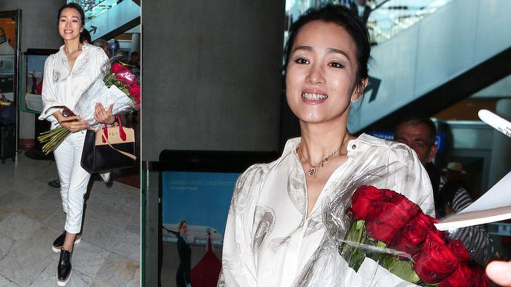 Rosas para recibir a la actriz china Gong Li