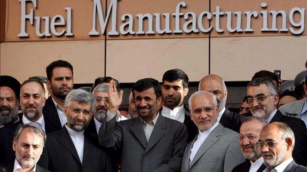 El presidente iraní, Mahmud Ahmadineyad (c), rodeado de científicos iraníes, durante la inauguración el primer aparato en el que se concentran las pastillas de combustible nuclear y que pondrán en funcionamiento el reactor nuclear que se construye en Arak. EFE