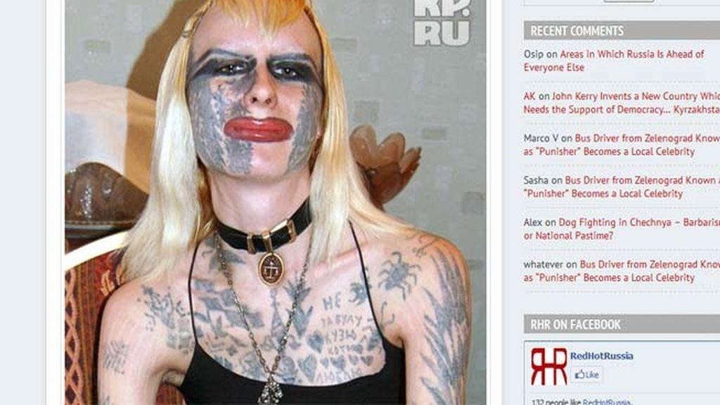 Cubre su cuerpo con docenas de horribles tatuajes