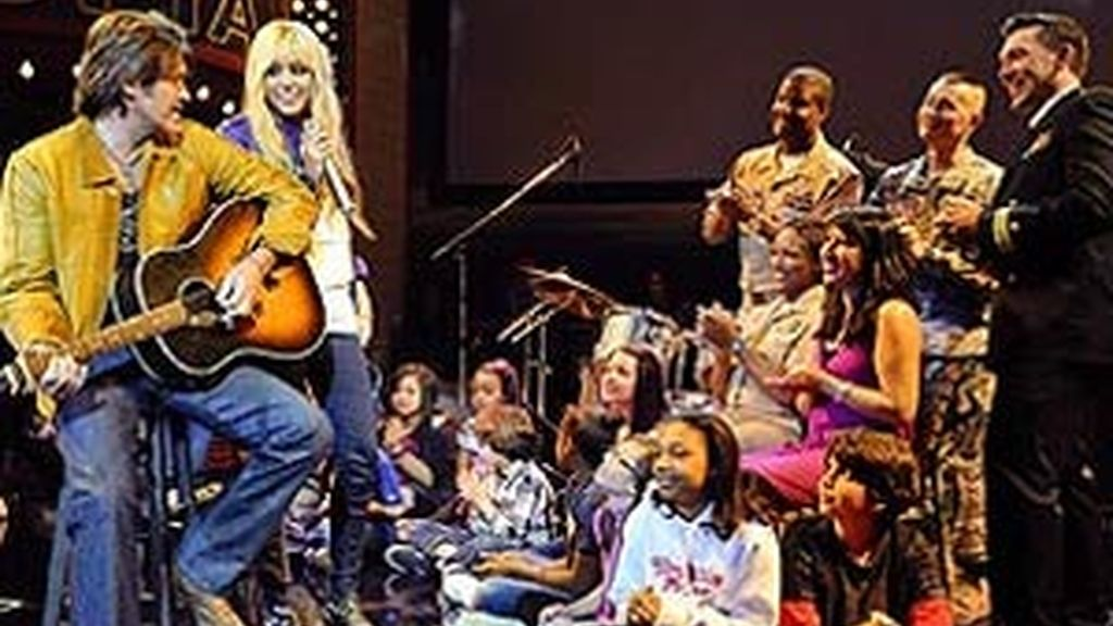 Miley y su padre Billy Ray, con los niños en el estudio. Foto: People