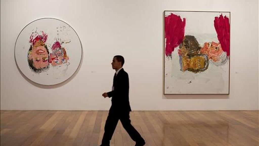 """Un hombre camina frente a dos obras que hacen parte de la exposición """"Georg Baselitz: Pinturas Recientes"""" del artista alemán Georg Baselitz este 7 de diciembre en la Pinacoteca en Sao Paulo (Brasil). EFE"""