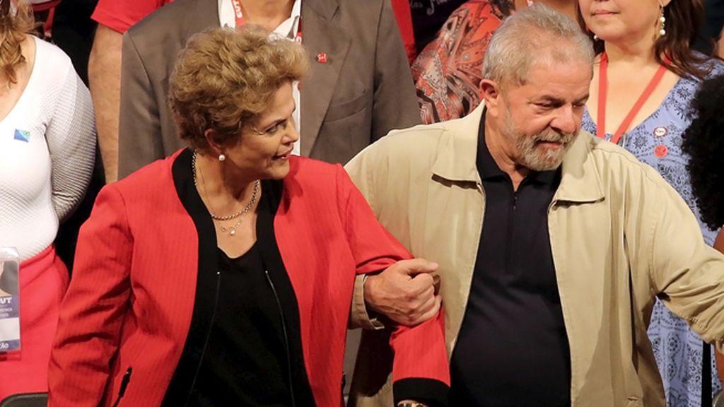La presidenta brasileña, Dilma Rousseff, y al expresidente Luiz Inácio Lula da Silva