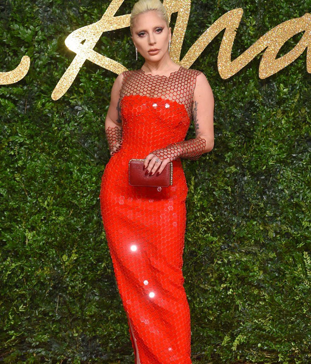 Lady Gaga, ahora más sencilla, de rojo con rejilla