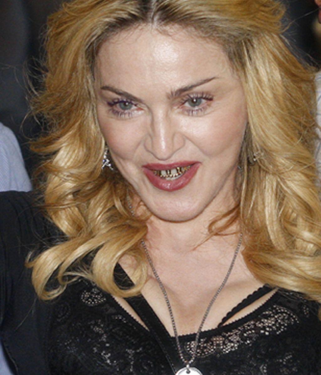 La cantante Madonna, sonriente tras abandonar su gimnasio 'Hard Candy Fitness'