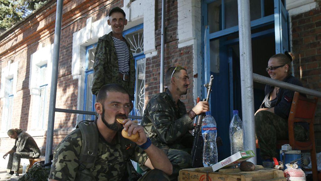 Milicianos prorrusos descansan en Ilovaysk durante las primeras horas del alto el fuego