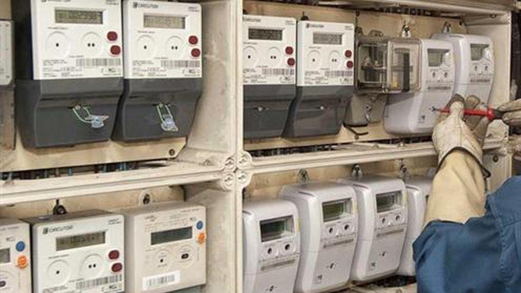 Un operario instala los nuevos contadores electrónicos para el suministro eléctrico