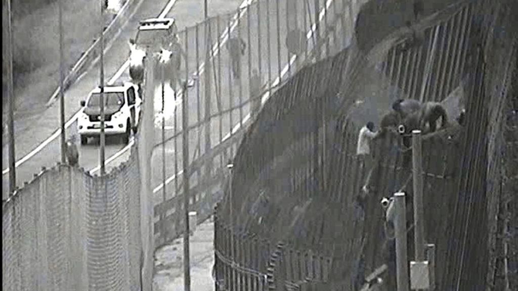 Un grupo de subsaharianos entran en Melilla rebasando la valla fronteriza