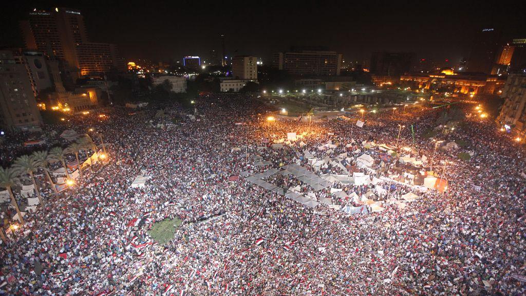 Cientos de miles de personas llenan las calles de El Cairo. Foto: Reuters