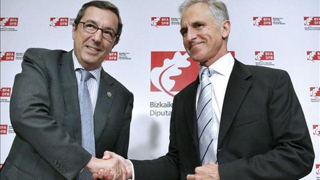 El diputado general de Vizcaya, José Luis Bilbao (i), y el director general del Museo Guggenheim Bilbao, Juan Ignacio Vidarte, se felicitan tras firmar el convenio para la realización de los trabajos preliminares a la construcción de la ampliación de esta pinacoteca en Urdaibai. EFE