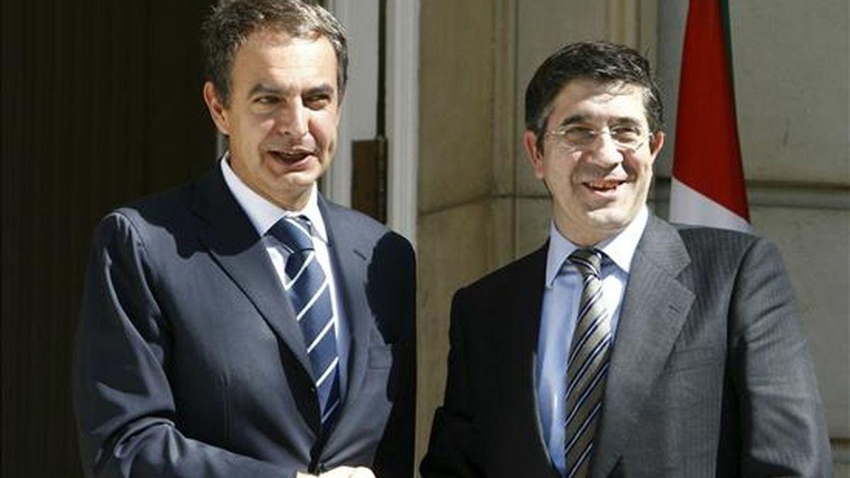 El jefe del Ejecutivo, José Luis Rodríguez Zapatero (i), ha recibido esta mañana ante el edificio principal del Palacio de la Moncloa al lehendakari, Patxi López (d), dandose ambos un fuerte apretón de manos con gestos muy sonrientes y entre saludos ante las cámaras. EFE