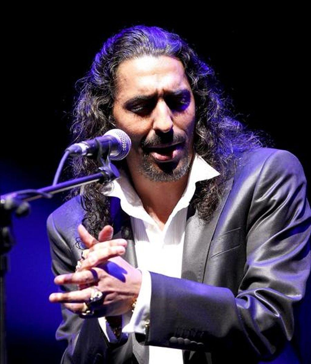 """El cantaor Diego """"El Cigala"""", durante su actuación esta noche en el escenario Puerta del Ángel de Madrid, incluido en los Veranos de la Villa 2010. EFE"""