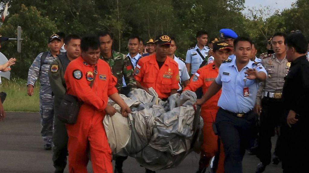 Los equipos de rescate hallan piezas del vuelo de AirAsia