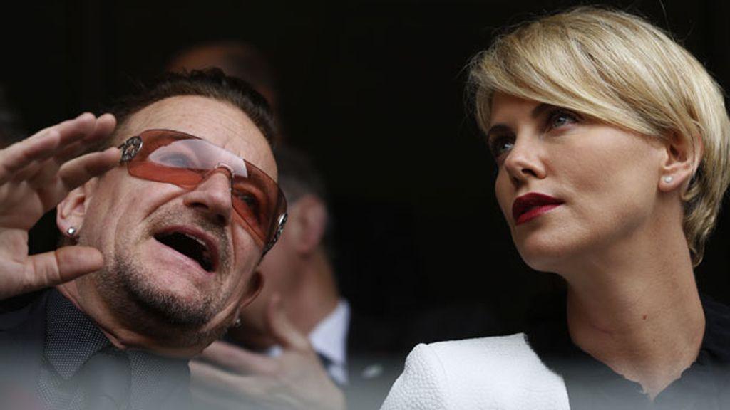 Charlize Theron y Bono, de 'U2', coinciden en las gradas del Soccer City