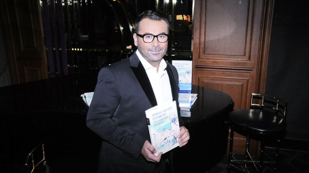 "Jorge Javier posó orgulloso con su primera novela ""La vida iba en serio"""