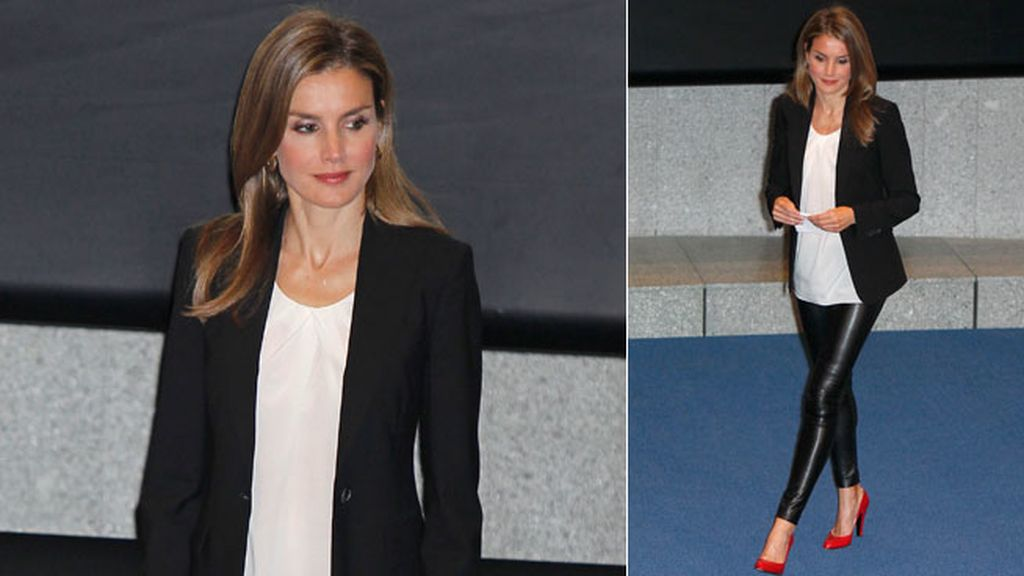 La princesa Letizia sorprendió con sus pantalones de vinilo