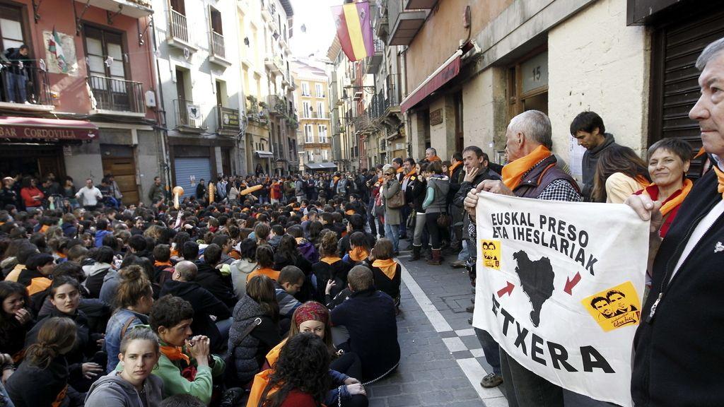 Luis Goñi reaparece protegido por un muro humano