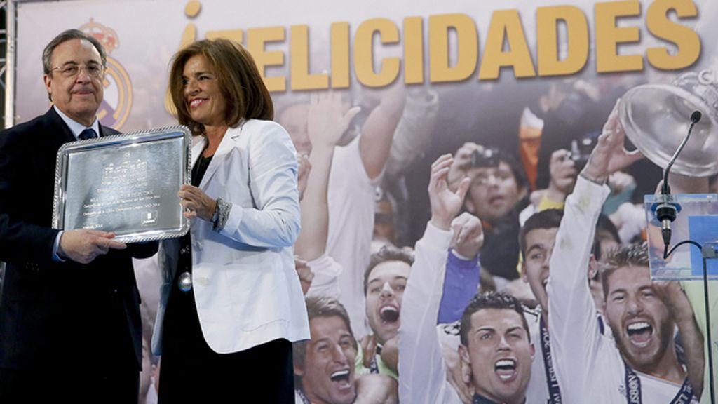 La alcaldesa de Madrid, Ana Botella, entregando una bandeja conmemorativa a Florentino