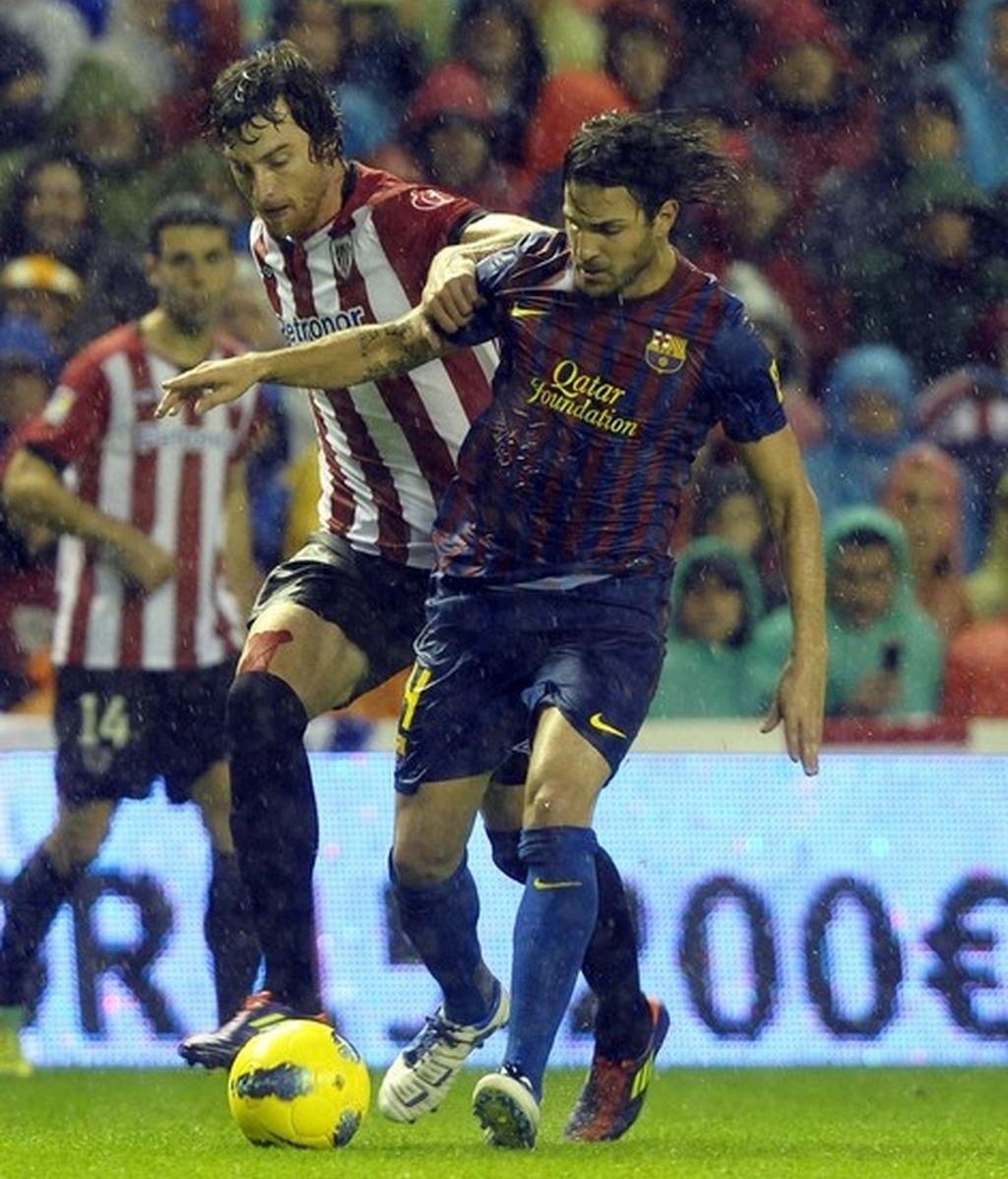 Fernando Amorebieta disputa un balón con Cesc Fábregas