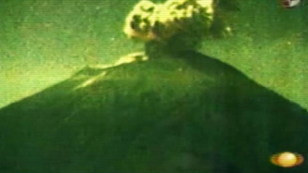 Extrañísimo objeto luminoso adentrándose en un volcán