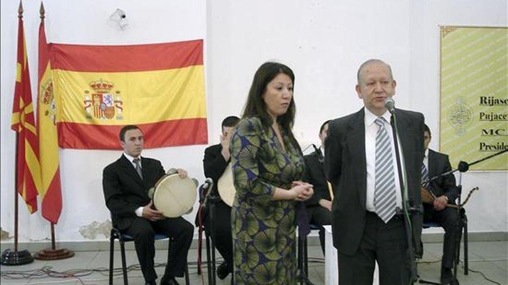 El embajador español en Macedonia, José Manuel Paz Agüeras (d), en el momento de su discurso delante de la Orquesta Islámica durante la inauguración de la exposición en Skopje (Macedonia) sobre la herencia islámica en España. EFE