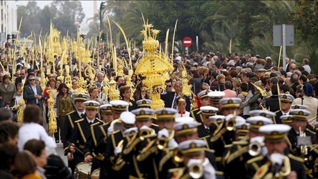 Procesión del Domingo de Ramos en Elche (Alicante), en el que miles de ilicitanos portan sus tradicionales palmas blancas y que este año fue acortada en su recorrido debido a un intenso chaparrón. EFE
