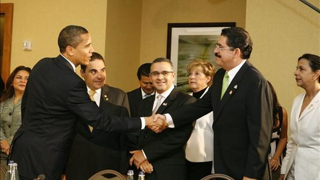 El presidente de Estados Unidos, Barack Obama, saluda a Manuel Zelaya, Presidente de Honduras, durante un encuentro con los mandatarios de Centro América, en el marco de V Cumbre de las Americas. EFE