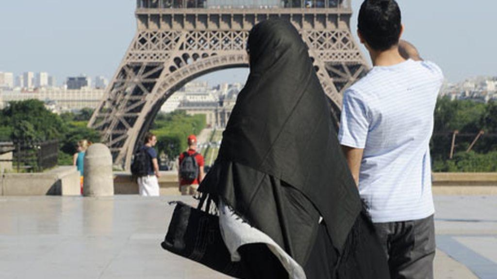 Imagen de archivo de una mujer con burka paseando por la zona de Trocadero de la capital francesa, París. Foto: Reuters