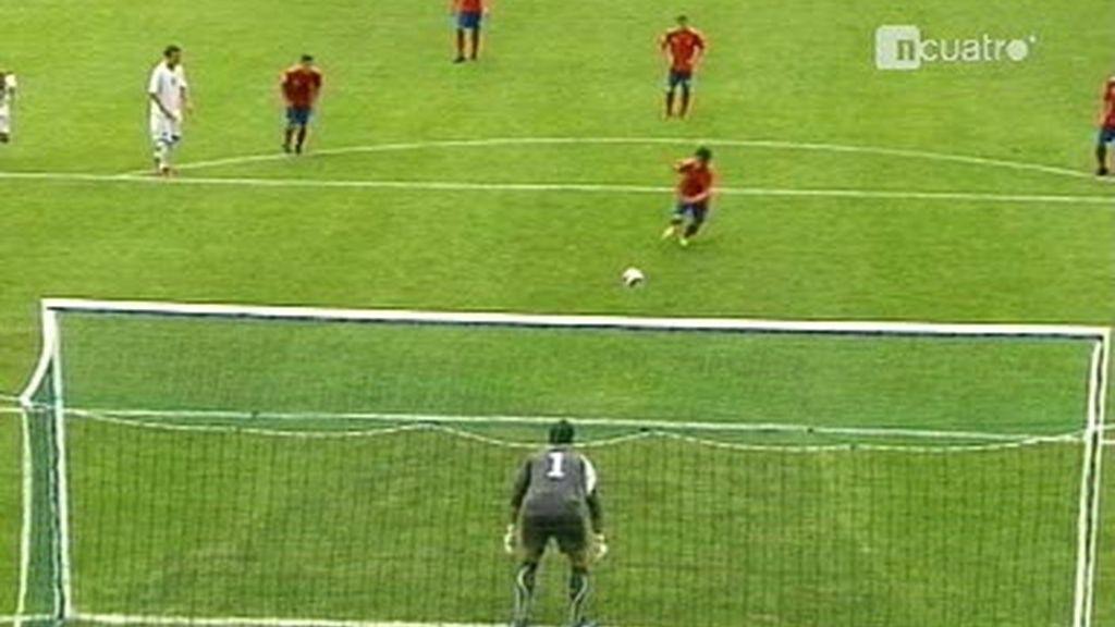 Ezequiel marca el penalty con la pierna de apoyo