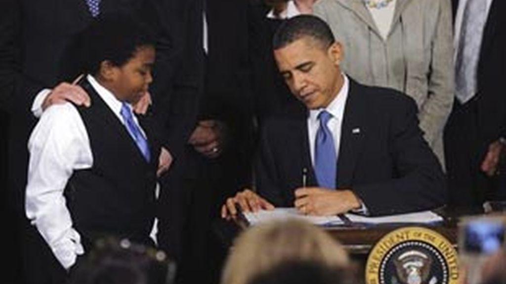 El presidente de EE.UU., Barack Obama (d), firma en una ceremonia en la sala Este de la Casa Blanca en Washington DC, EE.UU., la ley de reforma sanitaria. Foto:EFE