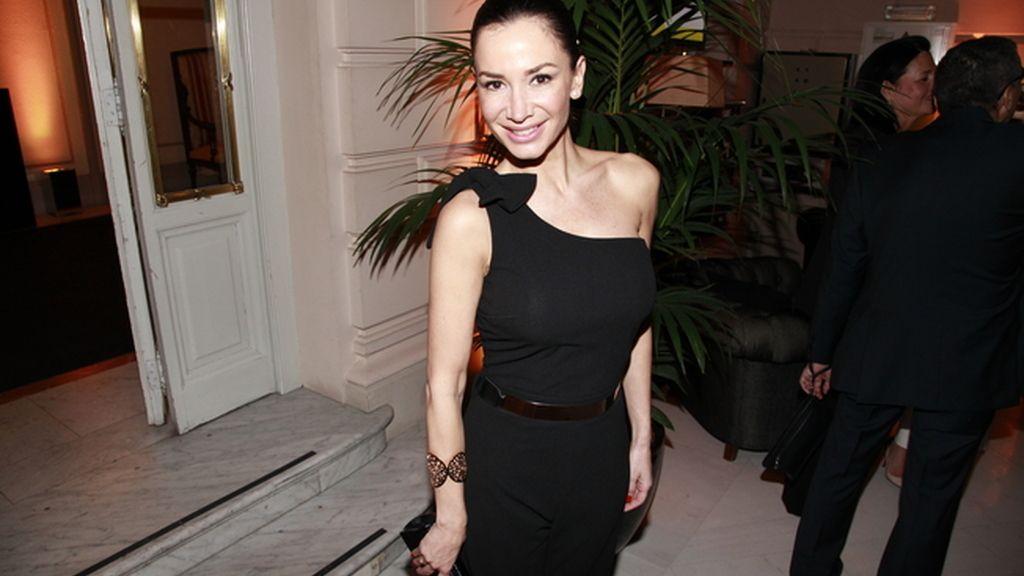 Cecilia Gómez con un jumpsuit de Erickh moda y brazalete de Folli Follie