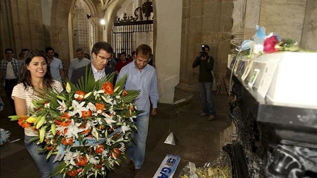 El secretario general del P.P.deG. Alberto Nuñez Feijoo (c), acompañado de miembros de Nuevas Generaciones, realizó una ofrenda floral en la tumba de Rosalia de Castro en el Panteon de Galegos Ilustres. EFE
