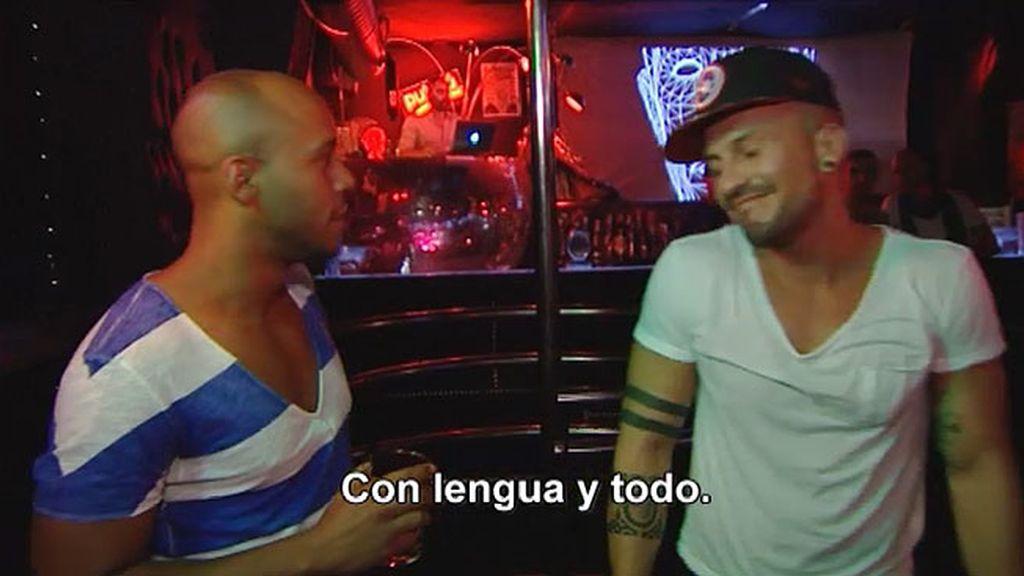 Tras bailar para él, Manu se llevó a Pedriño al baño y Ángel les siguió….