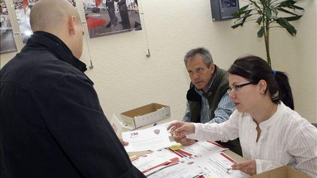 Uno de los aprobados en las pruebas de portero de discoteca recientemente celebradas recoge en dependencias de la Comunidad de Madrid la certificación que le permite ejercer la profesión. EFE