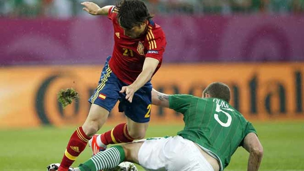 Silva intenta regatear al irlandés Richard Dunne