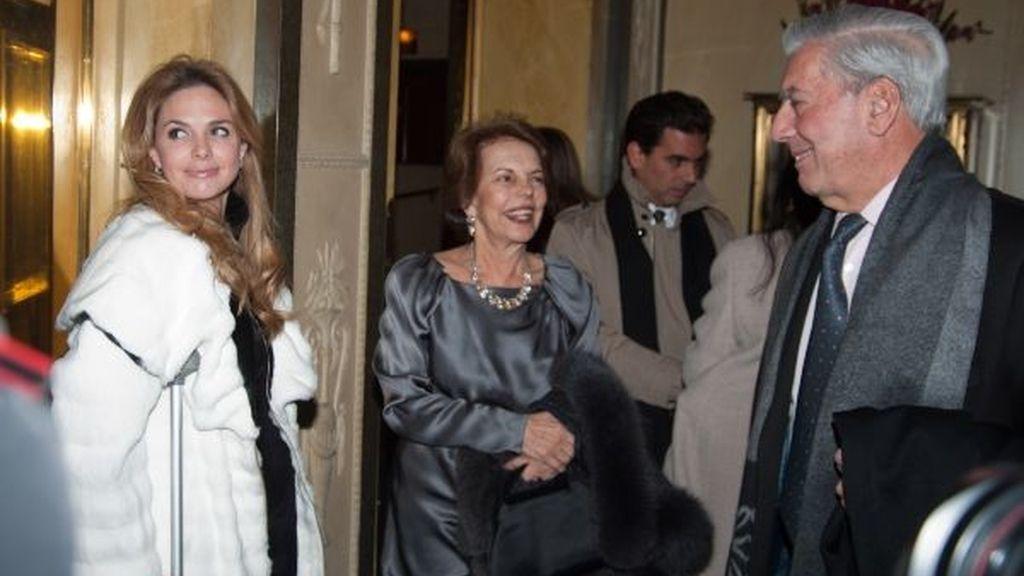 Genoveva Casanova, Mario Vargas Llosa y su mujer conversan durante la cena