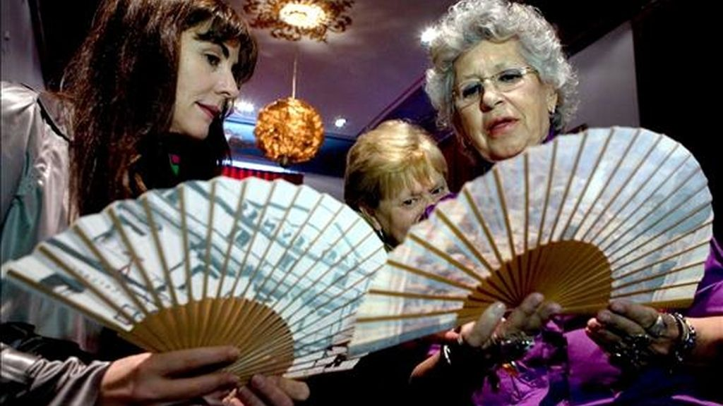 Las actrices, Pilar Bardém (d) y Ana Fernández (i) con unos abanicos en el salón Rossini del Teatro Cervantes de la capital malagueña, dentro del duodécimo Festival de Cine Español de Málaga. EFE