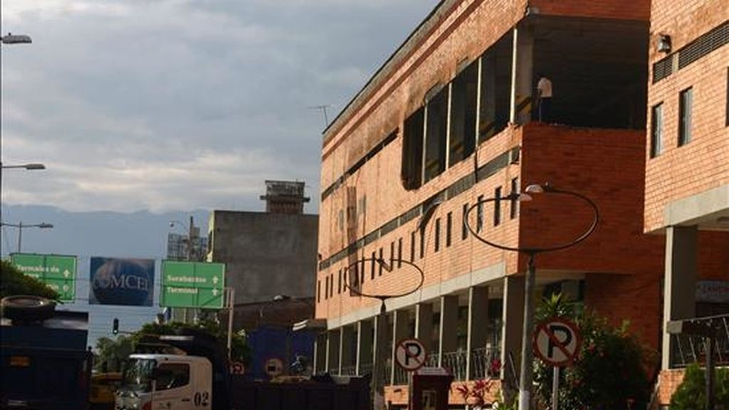 Fotografía del pasado 16 de enero en la ve la fachada de un centro comercial de Neiva (suroeste de Colombia) donde estalló un carro bomba. Esta madrugada otros dos artefactos fueron detonados y afectaron el centro de esta ciudad. EFE/Archivo