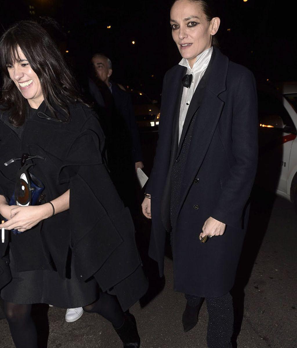 Amaya Arzuaga y Laura Ponte, con pajarita negra y traje de chaqueta y pantalón