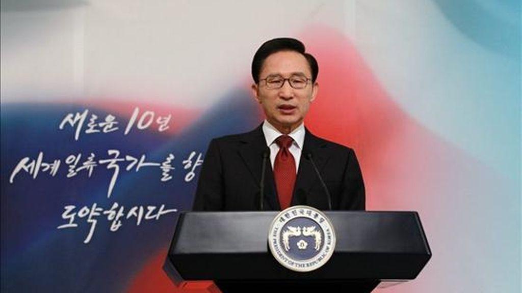 El presidente surcoreano, Lee Myung-bak, pronuncia un discurso de año nuevo en su oficina presidencial,  hoy, 3 de enero de 2011 en Seúl, Corea del Sur. Lee confió en que su país lleve en 2011 la paz a la península coreana y logre un mayor desarrollo económico. EFE/Casa Presidencial