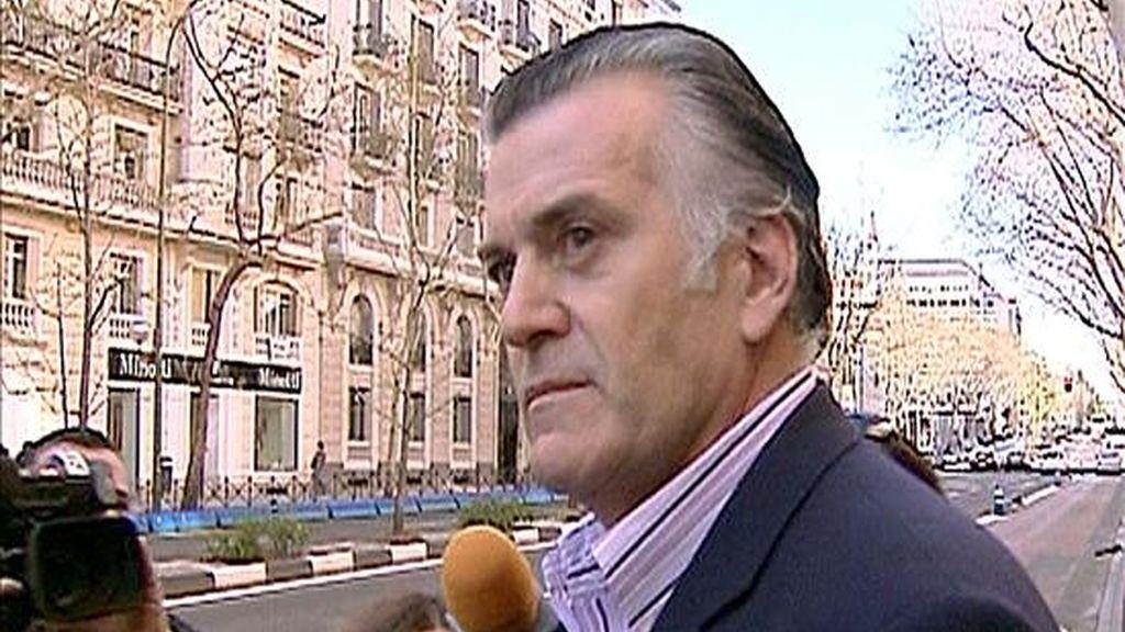 El senador Luis Bárcenas es preguntado por varios periodistas a su salida de su domicilio, en Madrid. Bárcenas ha presentado hoy su dimisión definitiva como tesorero del PP y ha solicitado su baja temporal en el Partido Popular. EFE/EFE TV