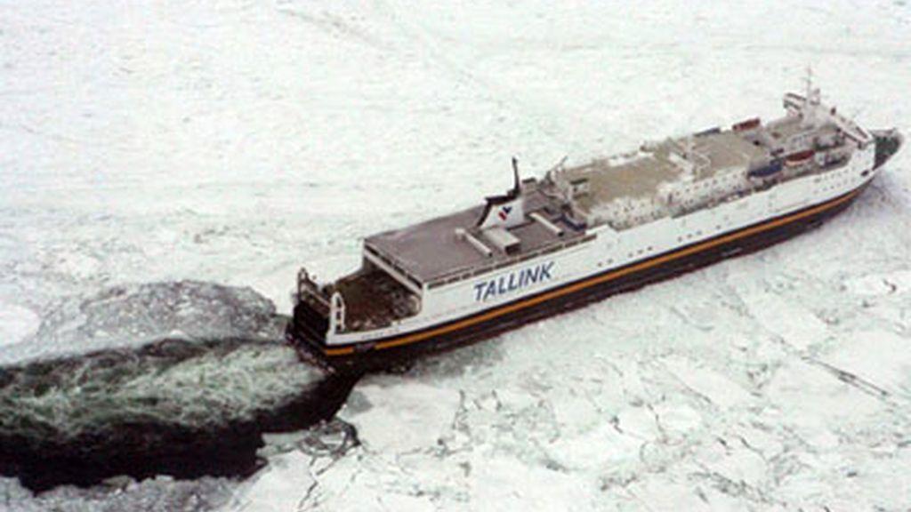 Decenas de barcos encallados en las aguas heladas del mar Báltico