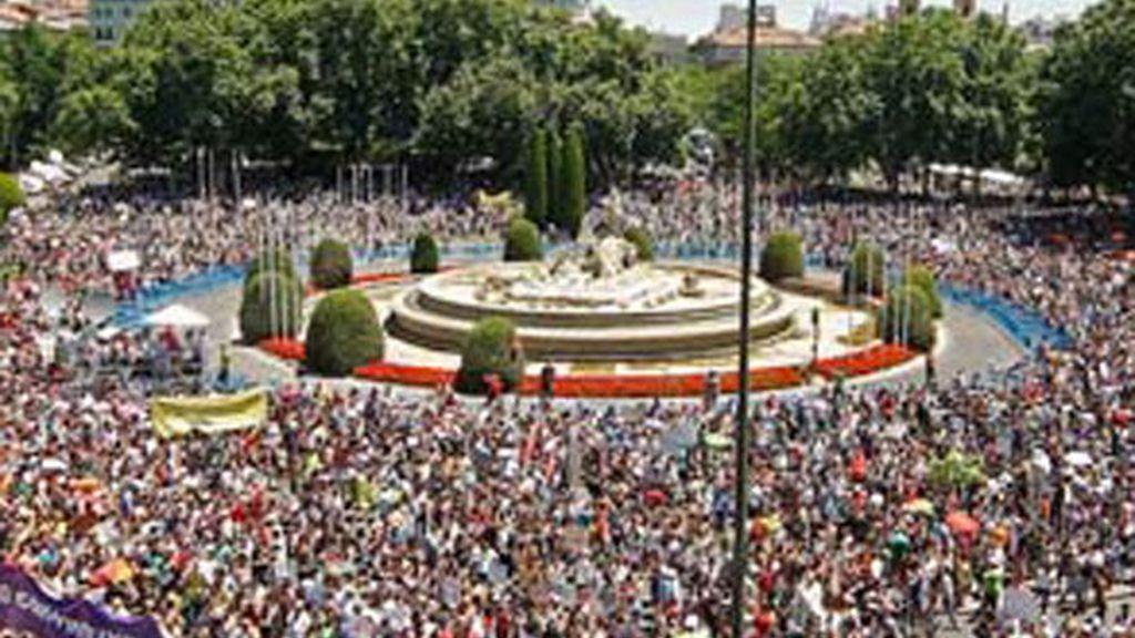 Asistentes a la manifestación convocada por la Coordinadora de Pueblos y Barrios en Lucha, a la que se ha sumado el Movimiento 15-M, que concluyó en la plaza de Neptuno, tras tomar las calles de Madrid.