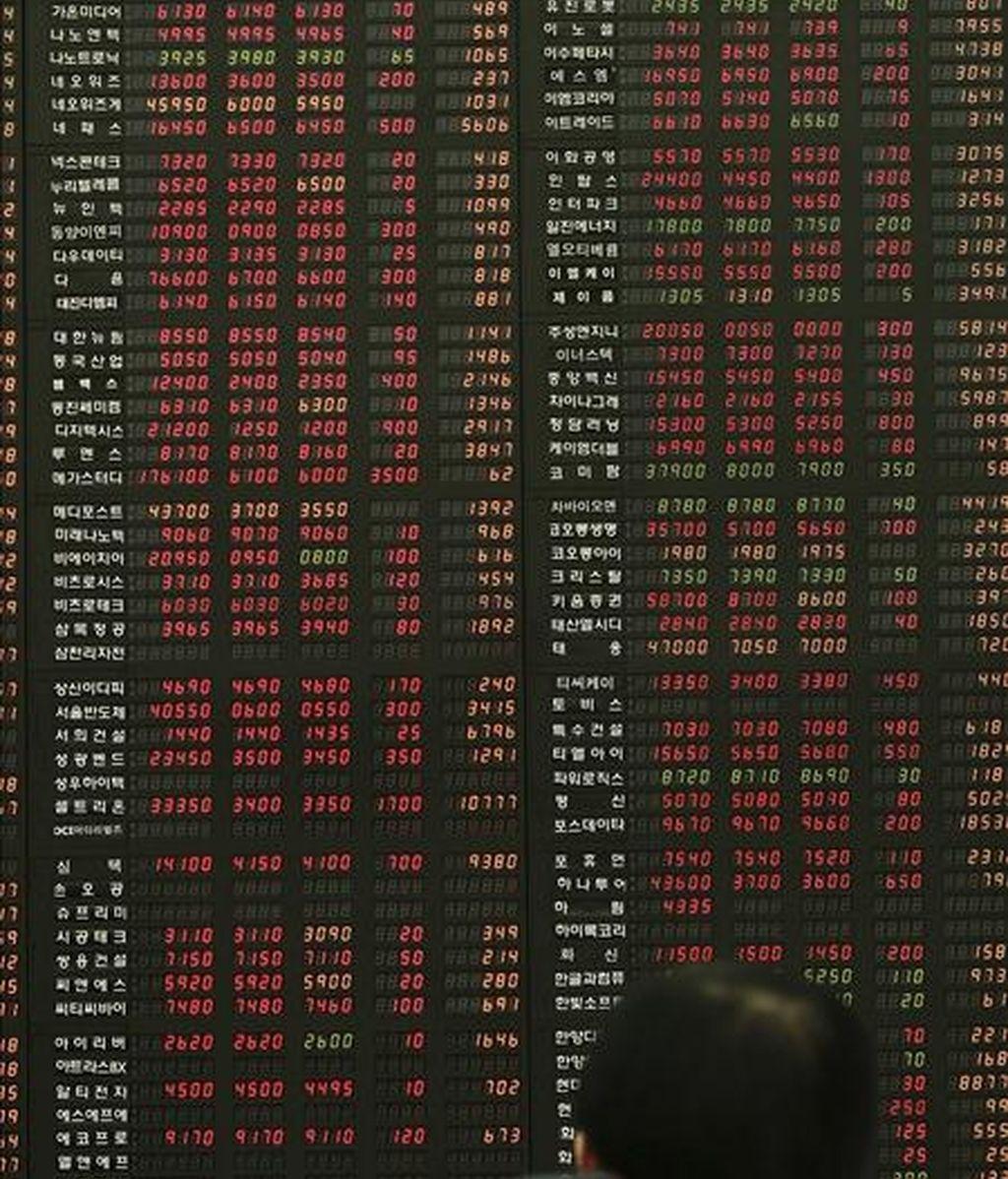 Un agente de la Bolsa de Comercio de Corea observa un tablero electrónico con los índices de la jornada en Seúl. EFE/Archivo