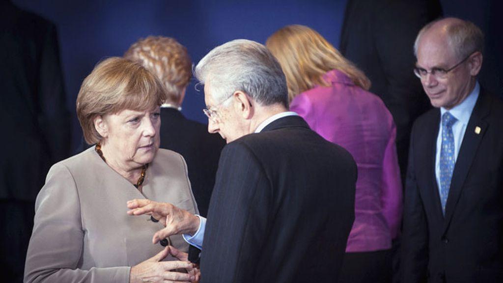 La canciller Angela Merkel conversa con el primer ministro italiano, Mario Monti, en la cumbre de Bruselas
