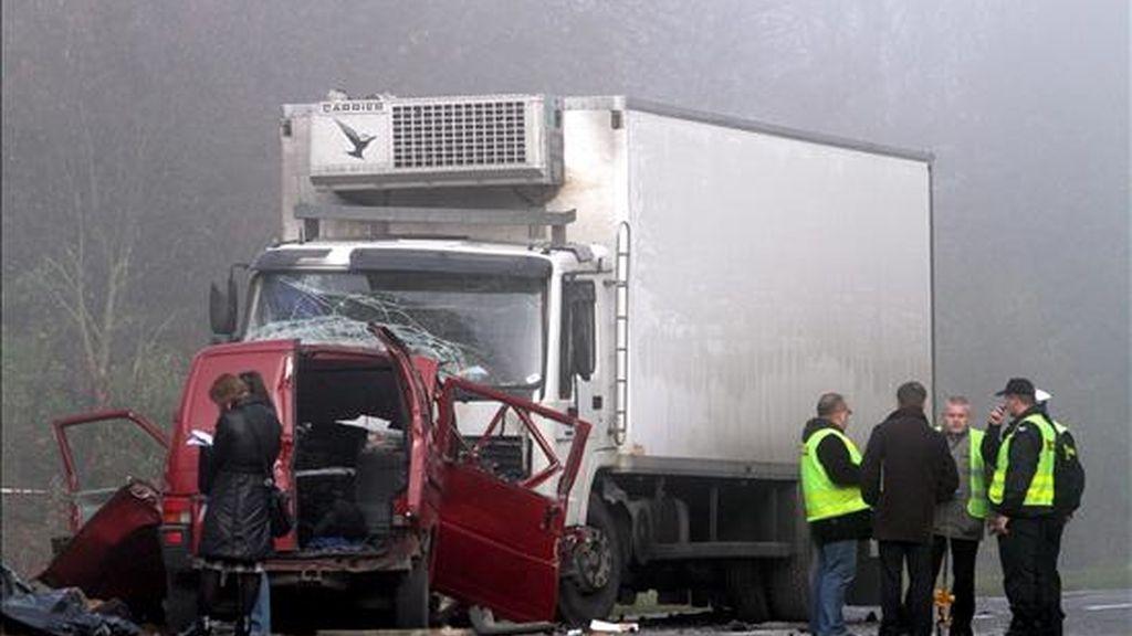 Varios expertos revisan el lugar donde se produjo el choque frontal de un camión y una furgoneta en Nowe Miasto, hoy al sur de Varsovia. EFE