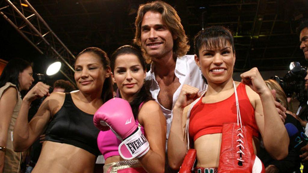 Boxeadoras profesionales en la presentación de la serie